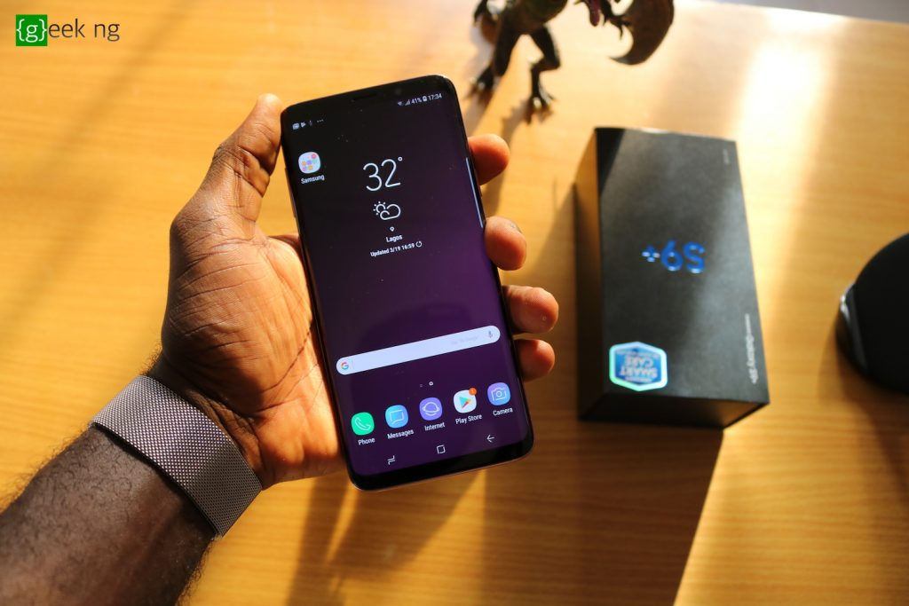 samsung glalaxy s9+ in hand