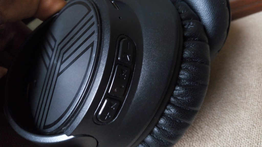Control buttons on right earcup